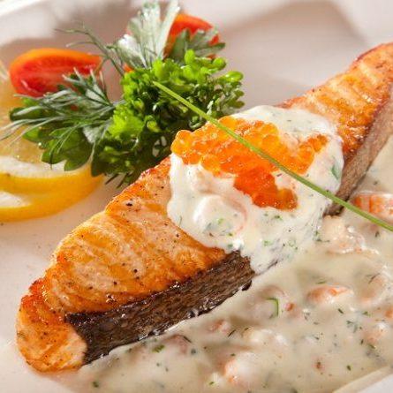 Филе лосося в сливочном соусе с креветками